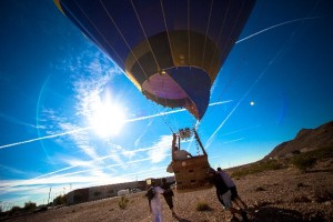 気球を飛ばす場面