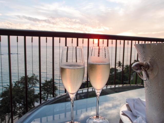シャンパングラスと夕焼けの海