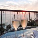 シャンパングラスと海