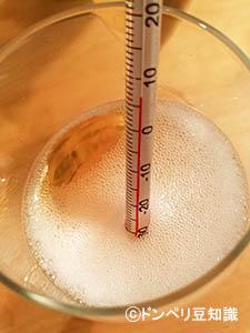 シャンパングラスに温度計